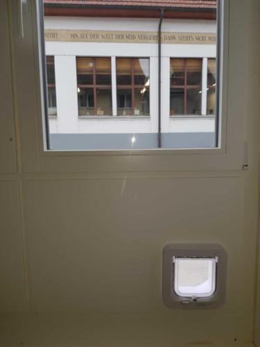 Fensterrahmenverbreit. mit Katzenklappe